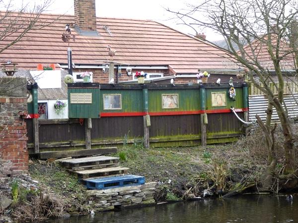 09 Rimrose narrowboat fence